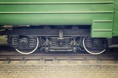 As rodas do trem de passageiros fecham-se acima fotografia de stock