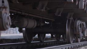 As rodas do trem velho na trilha railway que passa pela c?mera Feche acima do tiro video estoque