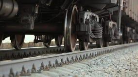 As rodas do trem velho na trilha railway que passa pela c?mera Feche acima do tiro filme