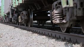 As rodas do trem velho na trilha railway que passa pela c?mera Feche acima do tiro vídeos de arquivo