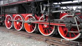 As rodas locomotivas velhas fecham-se acima Detalhe de locomotiva de vapor, opinião lateral do perfil, rodas, hastes filme
