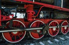As rodas principais de uma locomotiva de vapor imagens de stock