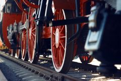 As rodas vermelhas de uma locomotiva de vapor velha do vintage imagens de stock