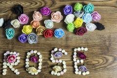 As rosas coloridas do botão e a rosa do texto formaram com marshmallows imagem de stock royalty free