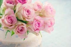 As rosas cor-de-rosa em um metal chique gasto bucket Foto de Stock Royalty Free