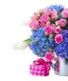 As rosas cor-de-rosa e as flores azuis do hortensia fecham-se acima Foto de Stock Royalty Free
