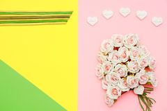 As rosas cor-de-rosa e brancas, as pedras da forma do coração e o plano colorido pastel colocam o dia de mães de papel, feliz imagens de stock royalty free