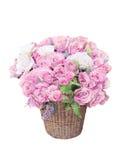 As rosas cor-de-rosa florescem o arranjo do ramalhete no bambu b Imagem de Stock Royalty Free