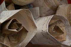 As rosas do detalhe do papel velho em um mercado param no dia de San Jordi em Catalunya fotos de stock