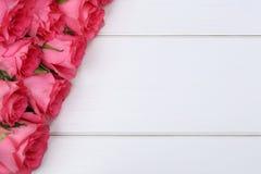 As rosas florescem no dia do Valentim ou de mãe na placa de madeira Fotografia de Stock Royalty Free