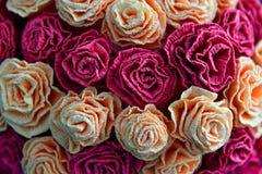 As rosas forram o fundo com surpresa de rosas vermelhas e brancas Fotografia de Stock