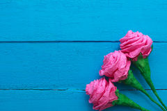 As rosas frescas florescem no raio de luz no fundo de madeira pintado turquesa Foco seletivo Lugar para o texto Imagem de Stock