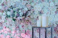 As rosas no suporte e nas velas Imagens de Stock Royalty Free
