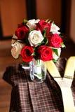 As rosas são modernos vermelhos da dama de honra do ramalhete Fotos de Stock