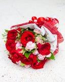As rosas vermelhas puseram sobre o fundo de pedra branco da tabela Imagem de Stock Royalty Free