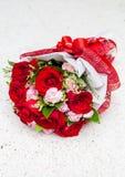 As rosas vermelhas puseram sobre o fundo de pedra branco da tabela Fotografia de Stock Royalty Free