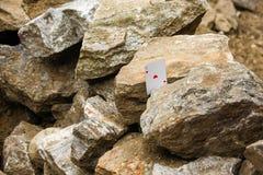 As rouge de coeur jouant la carte sur des pierres Photos stock