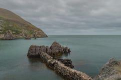 As ruínas abandonadas, abandonadas de alvenaria de Porth Wen, Anglesey imagens de stock royalty free