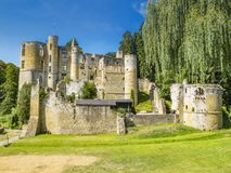 As ruínas de Beaufort fortificam, Luxemburgo como visto da estrada principal imagens de stock