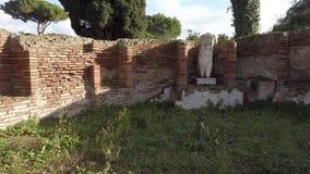 As ruínas de Ostia antigo, permanecem de uma estátua de mármore de uma mulher despida cercada por paredes de tijolos no salão ant video estoque