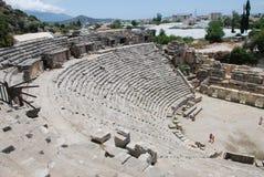 As ruínas de um anfiteatro de uma cidade antiga em Turquia perto de Antalya imagens de stock royalty free