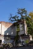 As ruínas de uma casa antiga queimada da pena Dnipro, Ucrânia, em novembro de 2018 fotografia de stock royalty free