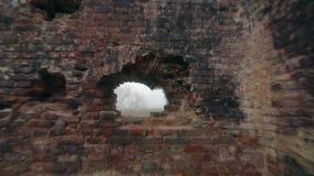 As ruínas de uma construção de tijolo vermelho velha vídeos de arquivo