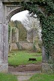 As ruínas de uma igreja velha em Kent England que foi destruído na segunda guerra mundial por uma bomba da varinha de rabdomante fotografia de stock
