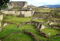 As ruínas dentro do local arqueológico de Kuelap com as muitas das casas redondas de pedra antigas, região de Amazonas no Peru do imagens de stock