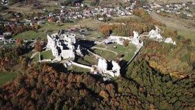 As ruínas do castelo medieval na rocha em Ogrodzieniec, Polônia filme