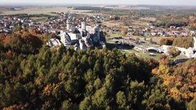 As ruínas do castelo medieval na rocha em Ogrodzieniec, Polônia vídeos de arquivo