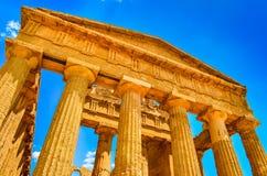 As ruínas do templo antigo fronteiam colunas em Agrigento, Sicília Imagens de Stock Royalty Free