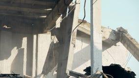 As ruínas terríveis da construção demulida após a explosão ou as forças armadas da bomba atacam filme