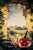 As ruínas velhas das abóboras do projeto de Dia das Bruxas veem o castelo da janela foto de stock