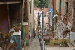 As ruas íngremes estreitas de Valparaiso com as paredes pintadas das casas foto de stock royalty free