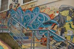 As ruas íngremes estreitas de Valparaiso com as paredes pintadas das casas fotografia de stock royalty free