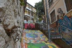 As ruas íngremes estreitas de Valparaiso com as paredes pintadas das casas imagens de stock royalty free