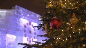 As ruas são decoradas para o Natal O pulso de disparo mostra o tempo até o ano novo video estoque