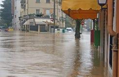 As ruas e a estrada invadiram pela lama durante um flooding2 Imagens de Stock Royalty Free