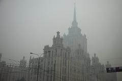 As ruas em Moscovo estão no fumo Imagens de Stock Royalty Free