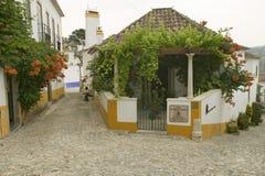 As ruas estreitas da vila de Obidos fundaram pelos Celts em 300 BC, Portugal fotografia de stock