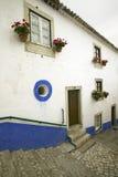 As ruas estreitas da vila de Obidos fundaram pelos Celts em 300 BC, Portugal imagens de stock