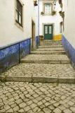As ruas estreitas da vila de Obidos fundaram pelos Celts em 300 BC, Portugal imagem de stock royalty free