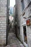 As ruas estreitas na cidade velha de Kotor fotos de stock