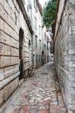 As ruas estreitas na cidade velha de Kotor fotografia de stock royalty free
