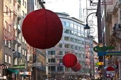 As ruas são decoradas com vermelho Imagens de Stock