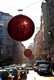 As ruas são decoradas com vermelho Fotografia de Stock Royalty Free