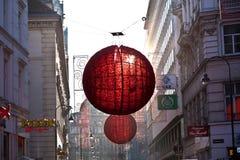As ruas são decoradas com vermelho Imagens de Stock Royalty Free