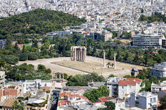 As ruínas do templo antigo do olímpico Zeus, em Atenas, como visto da acrópole Fotos de Stock