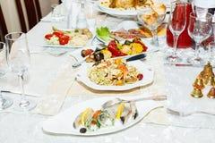 As saladas e os cortes frios serviram em uma tabela no restaurante Fotos de Stock